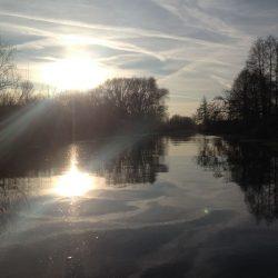 Słońce odbijające się na rzece