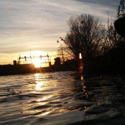 Zachodzące słońce nad rzeką widok na tamę